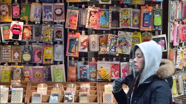 Seulda mobil telefon qabları satan mağaza