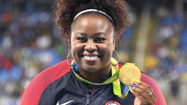 Michelle Carter sostiene su medalla de oro en el lanzamiento de bala