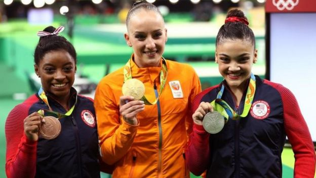 Simone Biles (izquierda), Sanne Wevers (centro) y Lauren Hernández (derecha).