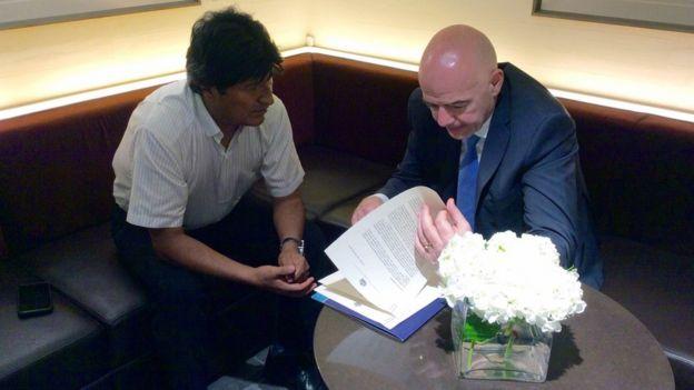 Evo Morales junto al actual presidente de la FIFA, Gianni Infantino.