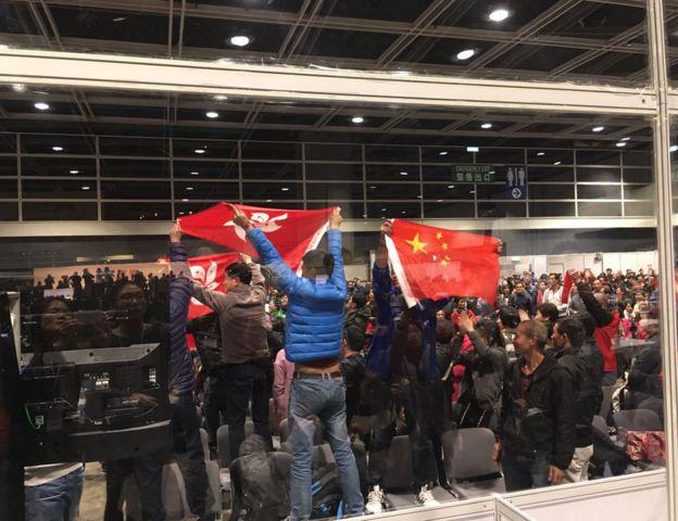 公众区有人突然欢呼,高举五星红旗、支持林郑月娥的标语。