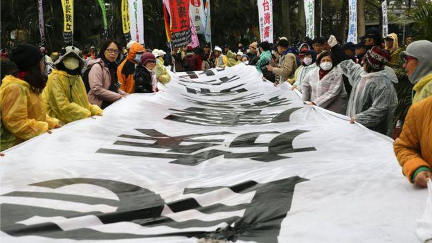 二二八纪念中枢仪式的场外,仍有自由台湾党的人士发起抗