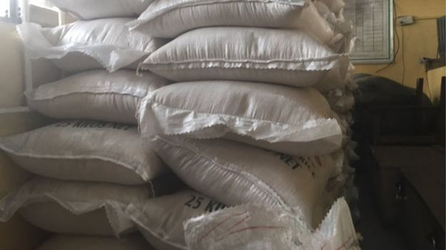 Les douaniers ont affirmé qu'après cuisson, le riz en plastique se colle et on découvre la supercherie.