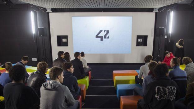 Cómo es 42, la universidad francesa de tecnología que no tiene profesores