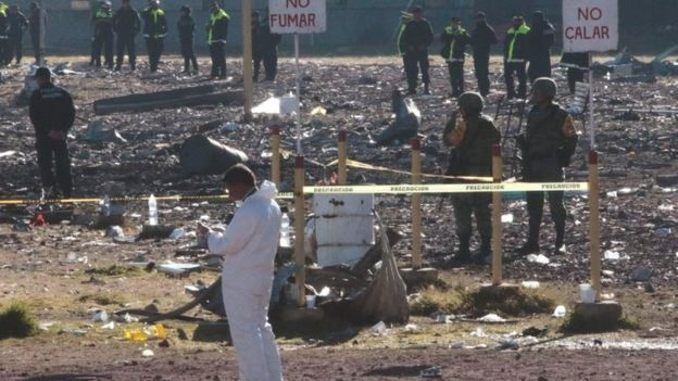 Forensic experts and police officers work at the scene of the blast in Mexico City's Tultepec suburb (21 December 2016)