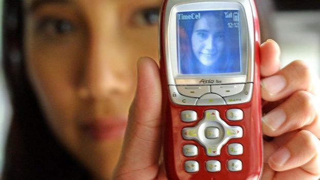 Teléfono con conexión MMS y foto a color.