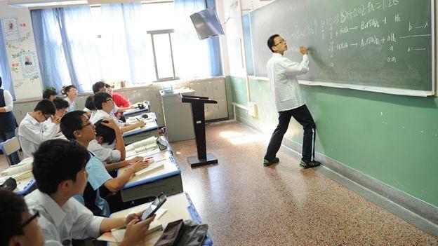 Un alumno resuelve un problema matemático en frente de la clase en la escuela estatal Shanghái Número Ocho.