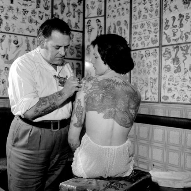 http://ichef.bbci.co.uk/news/624/cpsprodpb/4CBC/production/_93044691_tattoo1960getty.jpg