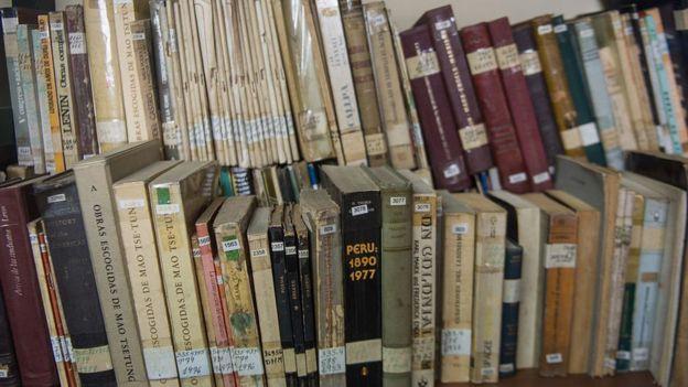 Los libros de la biblioteca personal de Abimael Guzmán, el líder de Sendero Luminoso.