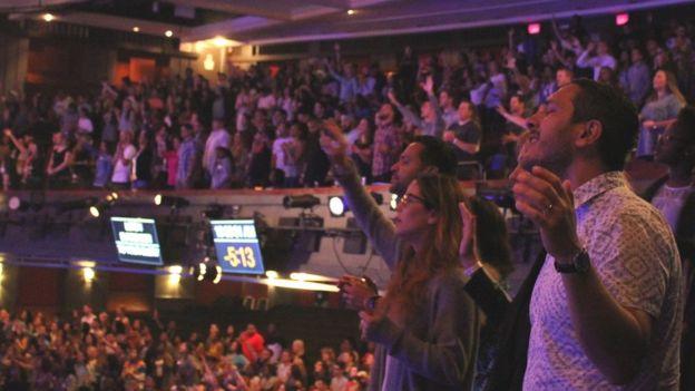 Gente cantando con los ojos cerrados