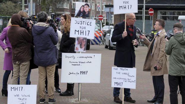 Familiares de víctimas del vuelo MH17 derribado en julio de 2014.