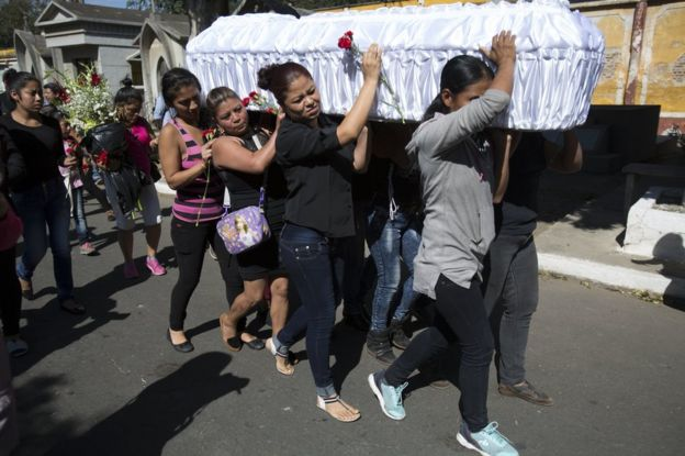 Varias mujeres cargan el féretro de Kimberly Ortiz, una de las 40 niñas que murieron por el incendio registrado el 8 de marzo en el Hogar Seguro Virgen de la Asunción de Guatemala.