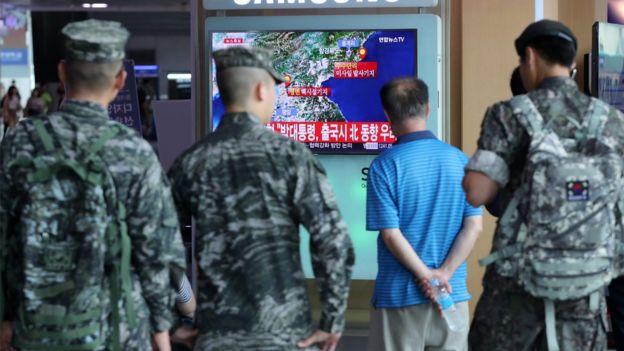 Militares y civiles en Seúl escuchan las noticias sobre el terremoto en Corea del Norte.