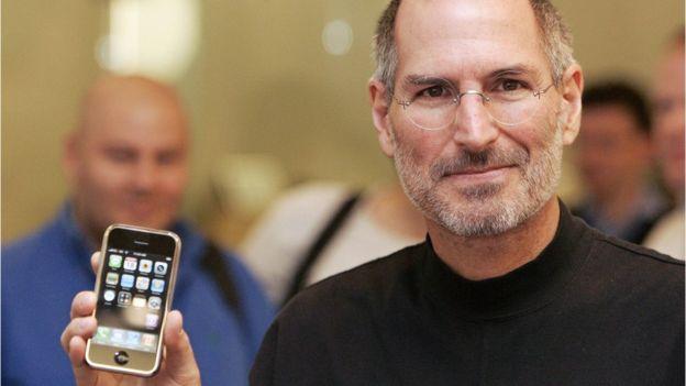 Steve Jobs presentó el iPhone de Apple en 2007