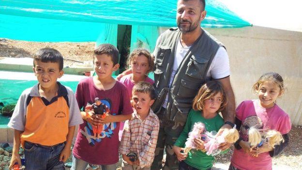 رمی میگوید اسباببازی باعث میشود بچهها چند لحظهای هم که شده درد جنگ را فراموش کنند