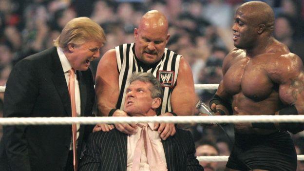 Трамп даже снялся в передаче о рестлинге WWE Raw, в которой побрил голову знаменитому рестлеру Винсу Макмэну, а потом был жестоко нокаутирован