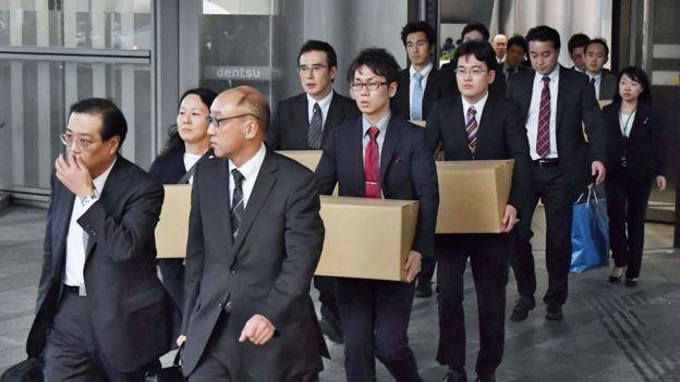 Funcionários do Ministério do Trabalho saindo da Dentsu