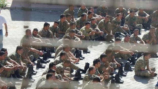 Şırnak'ta bir okulun bahçesinde toplanan askerler
