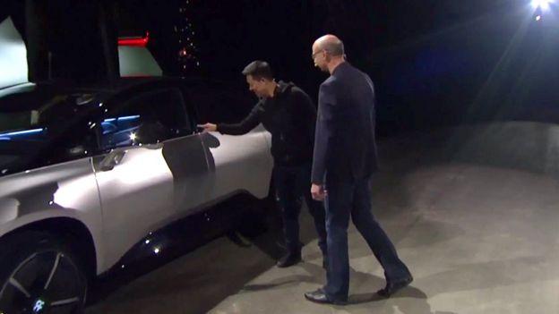 Китайский миллиардер и инвестор Цзя Юэтин вместе с Ником Сэмпсоном из Faraday Future