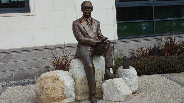 Estátua de Frank Pantridge no Centro Cívico de Lisburn, na Irlanda do Norte