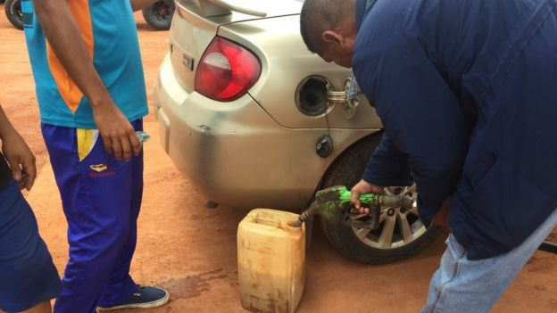 Un hombre llena un bidón de gasolina