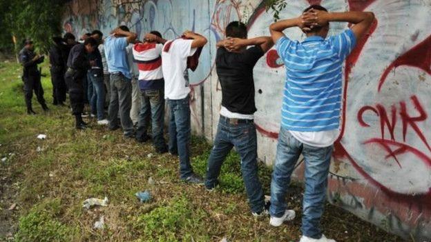 Revisión policiaca en El Salvador