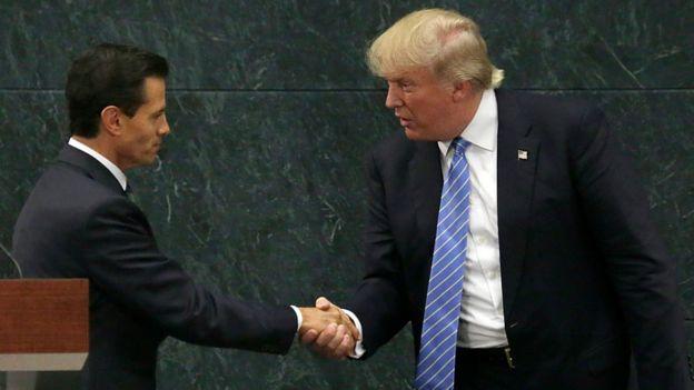 Enrique Peña Nieto, presidente de México, le estrecha la mano a Donald Trump