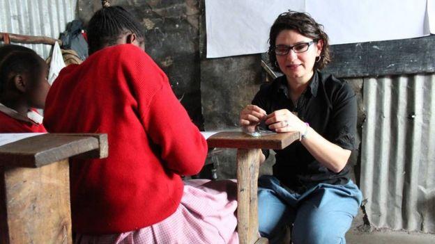 Además de repartir calzones reutilizables, Diana Sierra (en la imagen) da talleres a las niñas.