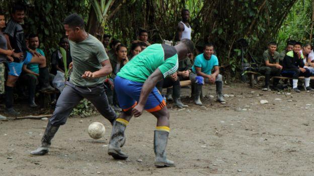 Partido de fútbol entre guerrilleros de diferentes campamentos