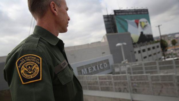 Oficial de control de frontera de Estados Unidos con México