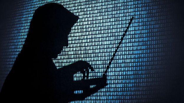 Sombra de una persona buscando información cibernética.