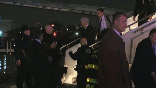 Mike Pence se baja del avión por unas escalinatas