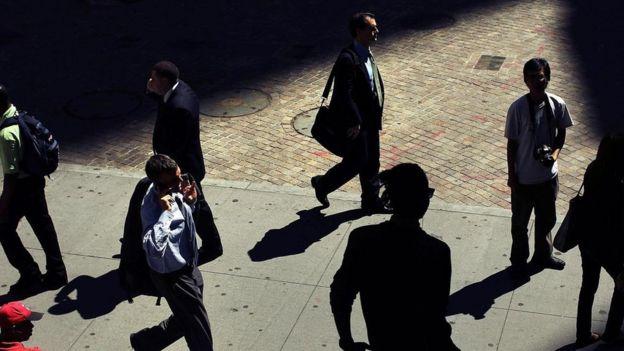 Personas en traje formal, caminando por la calle