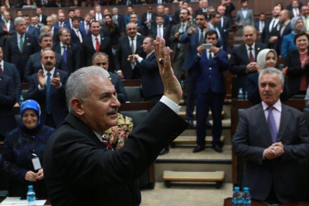 Ra'iisalwasaaraha Turkiga r Binali Yildirim iyo xildhibaanada AKP Ankara, 8 November