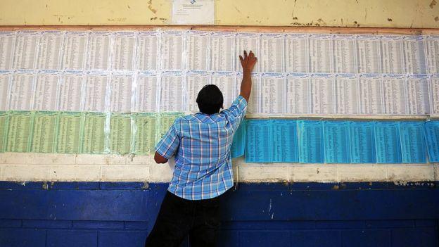 Un votante nicaragüense busca su nombre en el padrón electoral de su junta receptora de votos durante las elecciones de 2011.