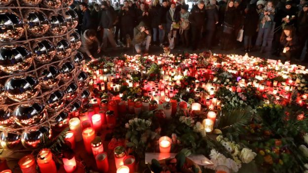 свечи и цветы у места трагедии