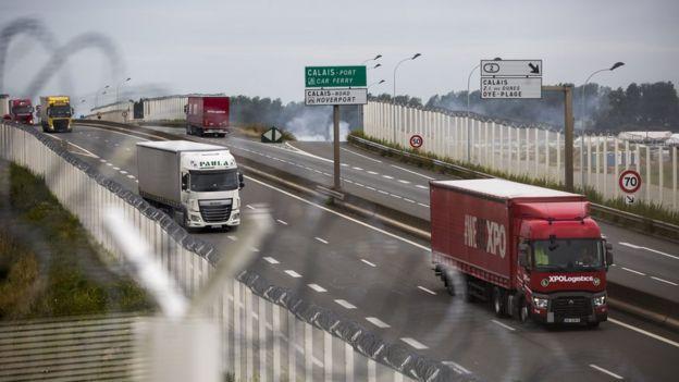 Camiones de carga en la ruta que conduce al puerto de Calais.