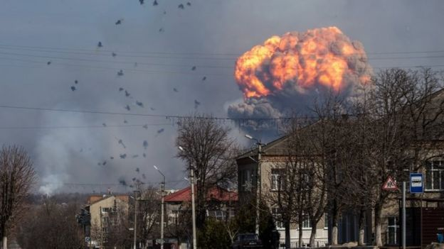 A huge cloud of smoke billows above the ammunition depot of the Ukrainian armed forces, near the city of Balakliya, (23 March 2017)