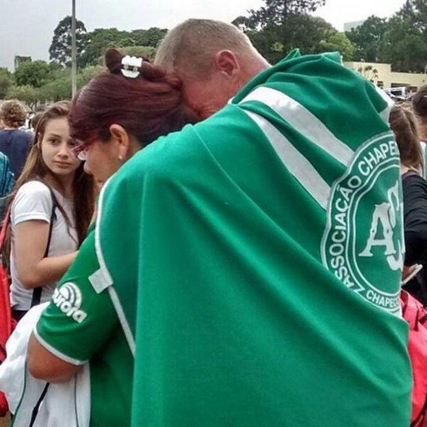 Aficionados en las afueras del estadio Arena Condá