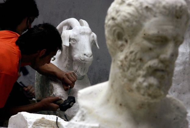 Spyros Haralambopoulos, 20, son of a shepherd of the northeast of the Peloponnese cuts a magnificent goat in a white marble 27 May 2005 at the school of marble sculptors on Tinos island, a unique institution in Greece which celebrates its 50th anniversary this year