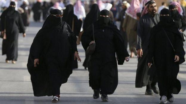 Saudi women attend the Janadriyah Culture Festival on the outskirts of Riyadh, Saudi Arabia (08 February 2016)
