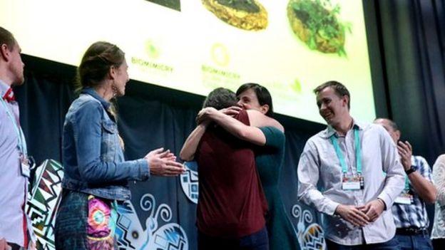 Miembros del equipo BioNurse recibiendo el premio Ray of Hope en California