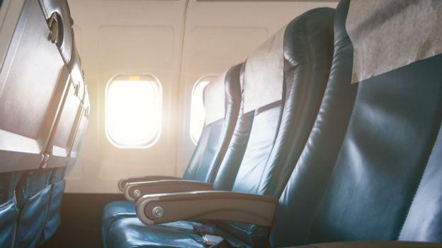 Asientos en la cabina de un avión