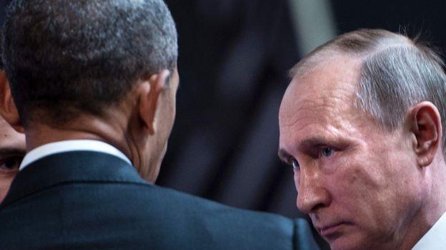 Obama de costas e Putin