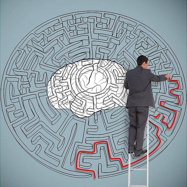 Laberinto solucionado por un hombre camino al cerebro