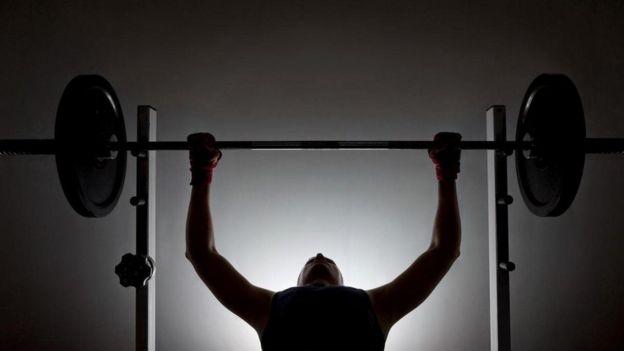 ağırlık kaldıran sporcu