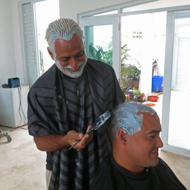 Personas cambiando el color del pelo