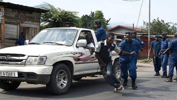La police burundaise procédant à une interpellation