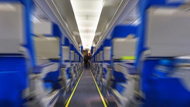 Asientos de avión vistos en perspectiva