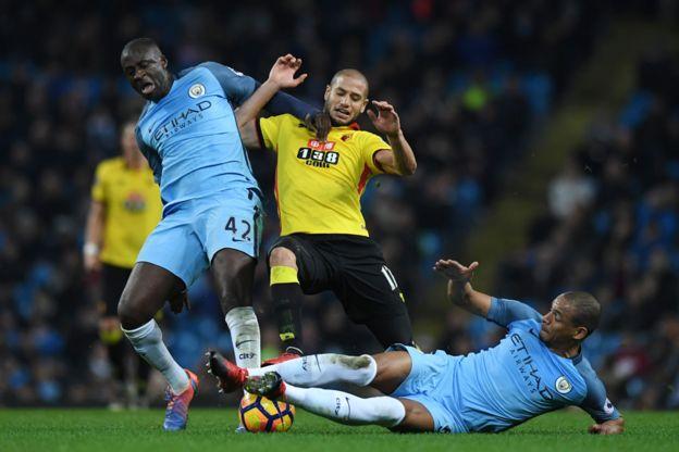 Yayá Touré y Fernando pelean por un balón